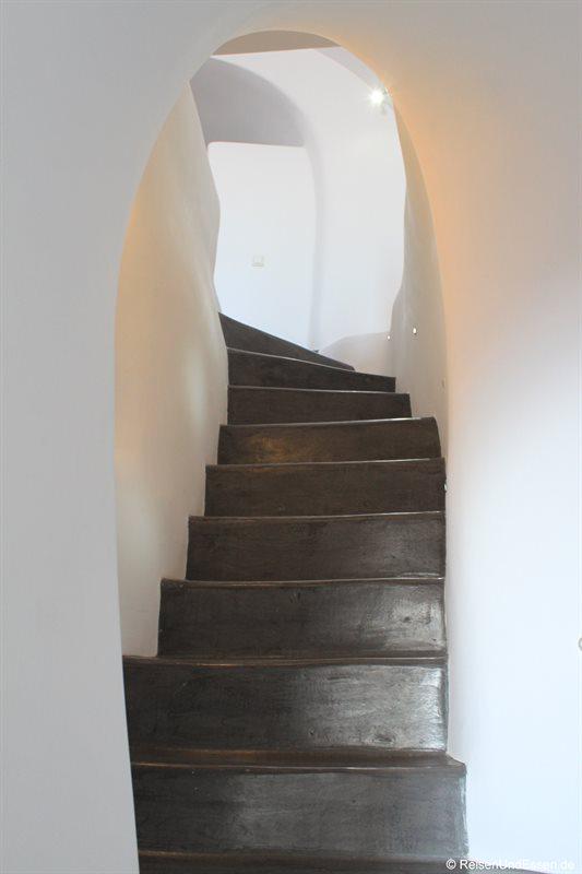 Treppe zum oberen Stockwerk in der White Pearl Villa