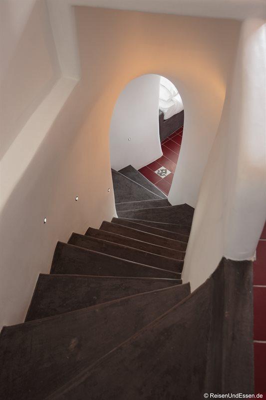Treppe zur unteren Etage in der White Pearl Villa