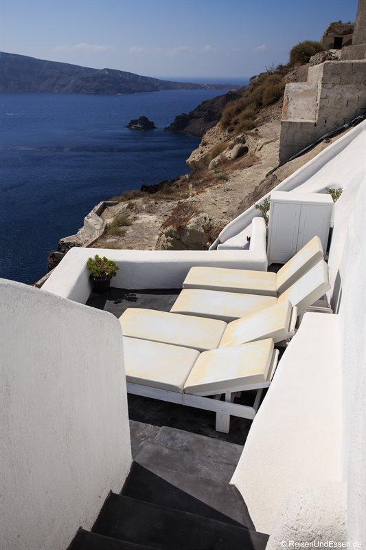 Liegen auf der unteren Terrasse in der White Pearl Villa