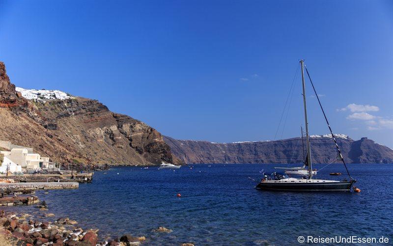 Segelyacht vor Santorini