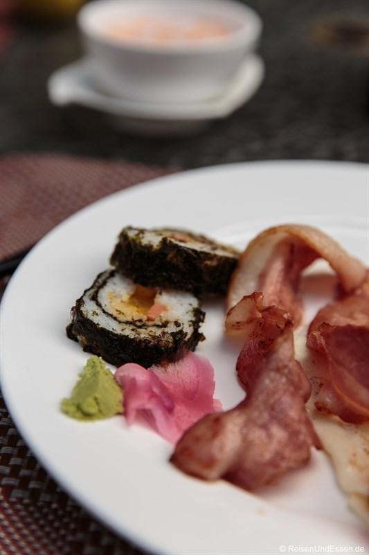 Sushi mit Wasabi sowie Bacon und Ei zum Frühstück
