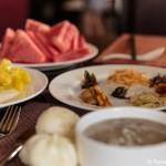 Brei und eingelegtes Gemüse zum Frühstück
