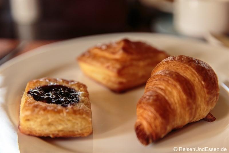 Croissant und süße Stücke zum Frühstück