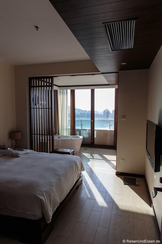 Schlafzimmer und Badewanne im Serenity Coast