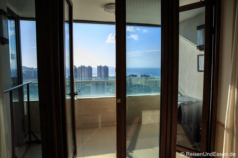 Balkon und Blick auf die Bucht von Xioa Dadonghai