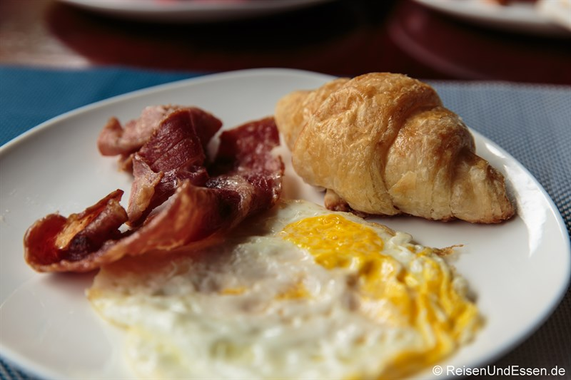 Spiegelei mit Speck und Croissant zum Frühstück