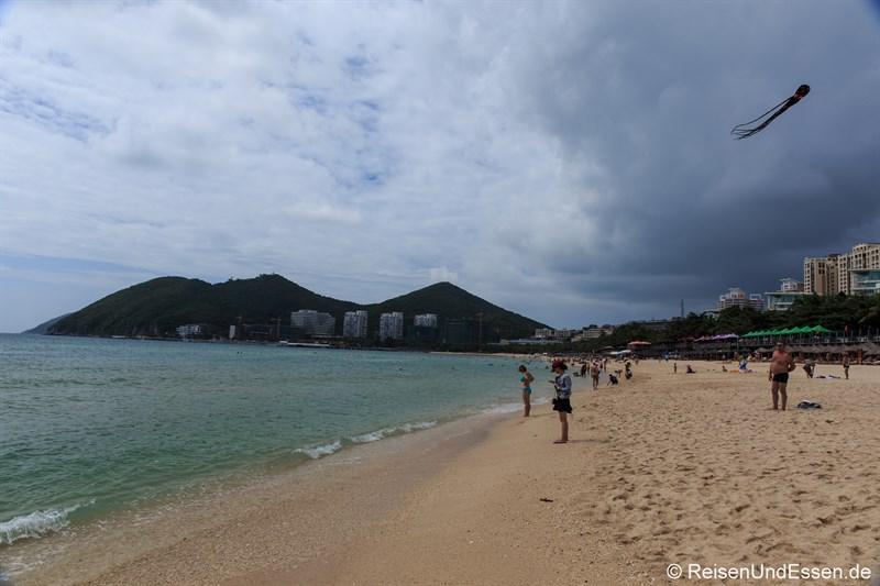 Strand in der Bucht von Dadonghai (Richtung Westen)