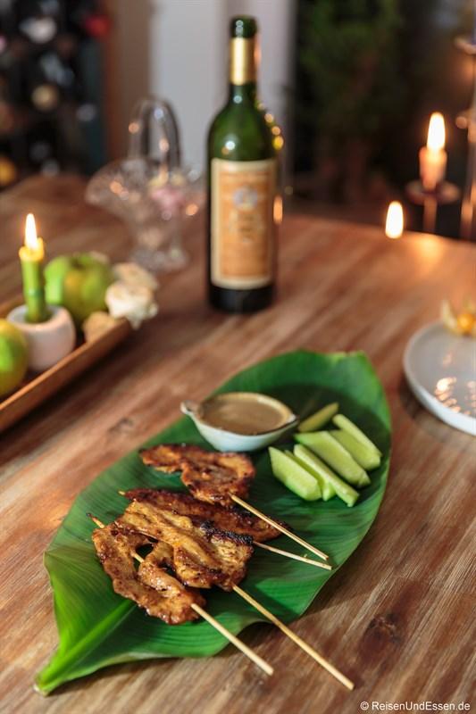 Hähnchenfleisch nach Thai-Art, Sesamsoße und Gurken