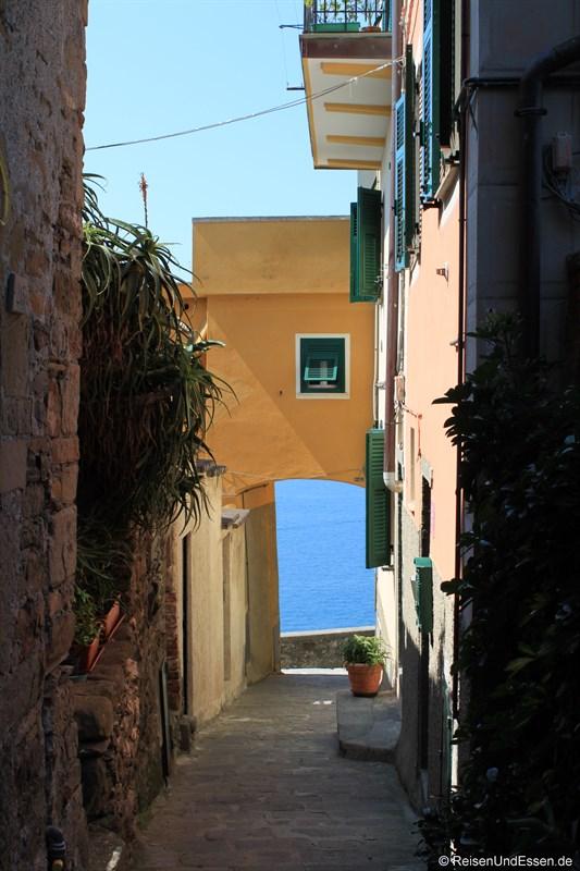 Gasse in Corniglia mit Blick auf das Meer
