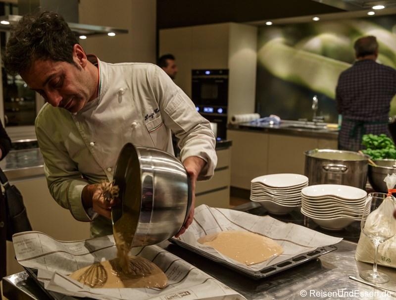 Luigi Totaro bei der Zubereitung von Castagnaccio di farina di castagne