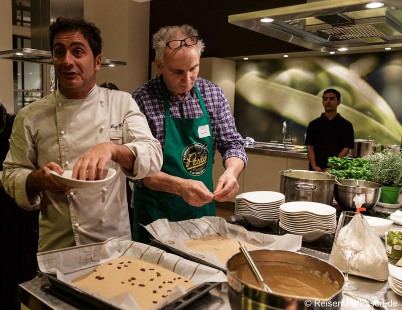 Luigi Totaro und Sergio Muto bei der Zubereitung von Castagnaccio di farina di castagne