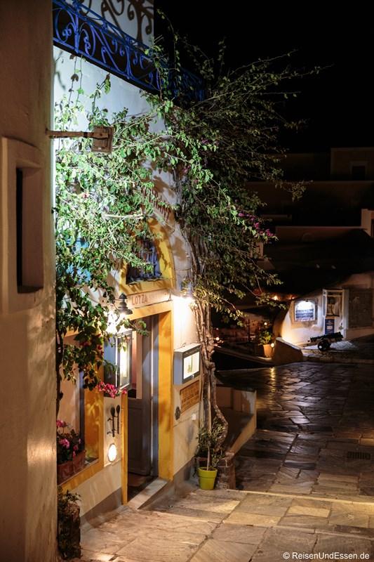 Gasse und Haus bei Nacht