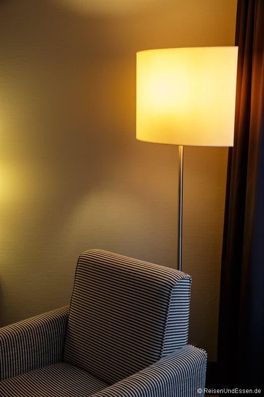 Sessel und Stehlampe im Zimmer