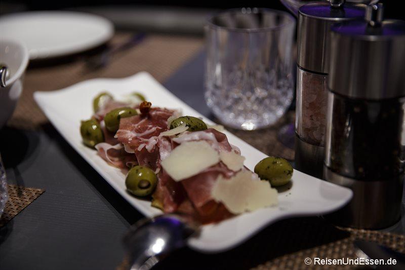Schinken, Parmigiano und Oliven zur Vorspeise