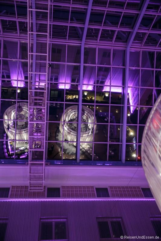 Blick zum Glasdach des Atrium bei Nacht