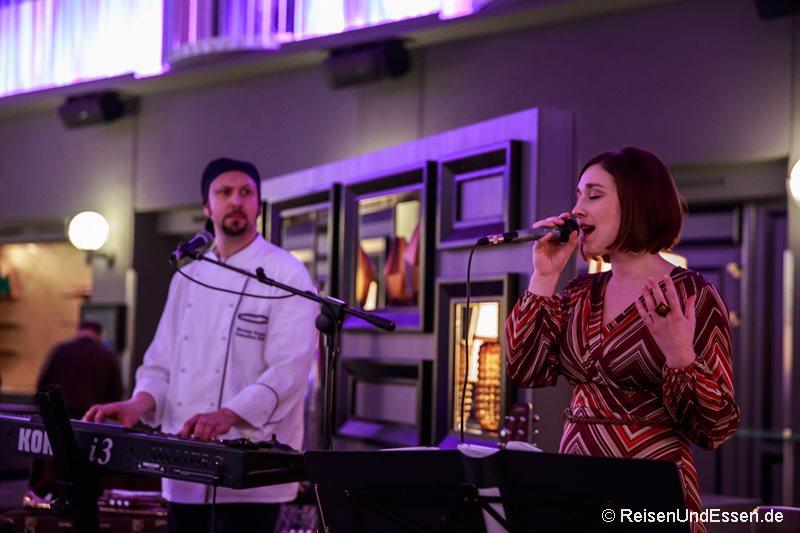 Sängerin und Frau vom Chefkoch