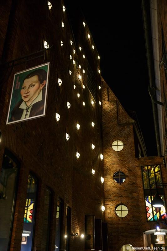 Fassade vom Haus Atlantis bei Nacht