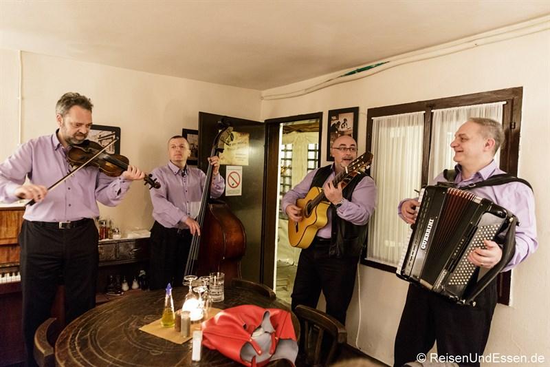 Serbische Musiker im Kafana Fragezeichen
