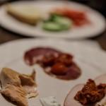 Lachs und verschiedene Wurstsorten zum Frühstück