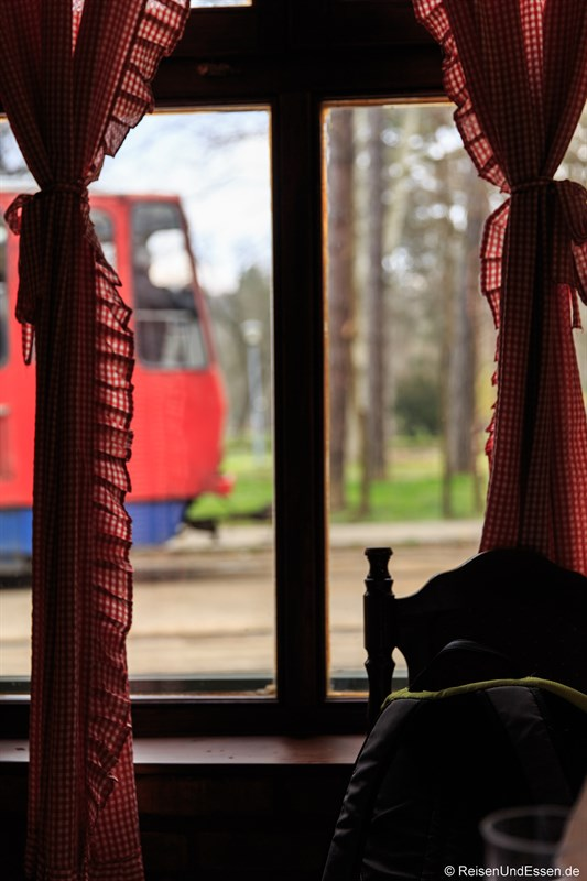 Straßenbahn fährt am Restaurant vorbei