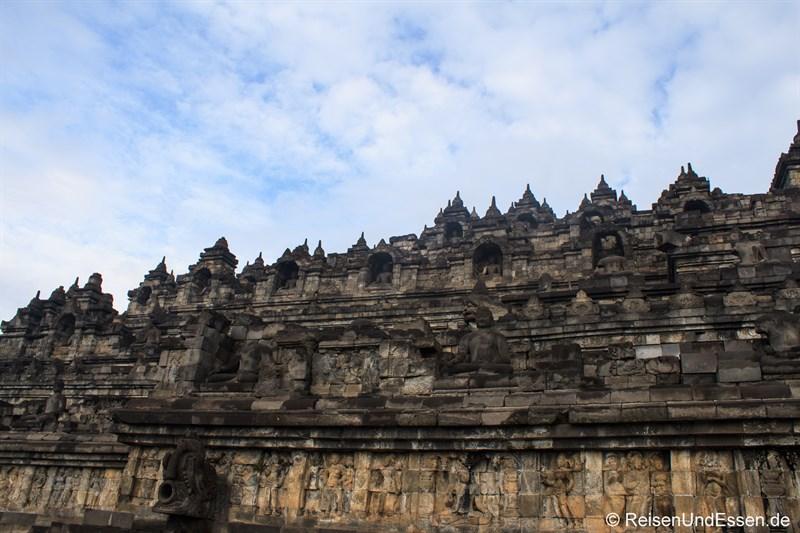 Blick auf die unteren Ebenen in Borobudur