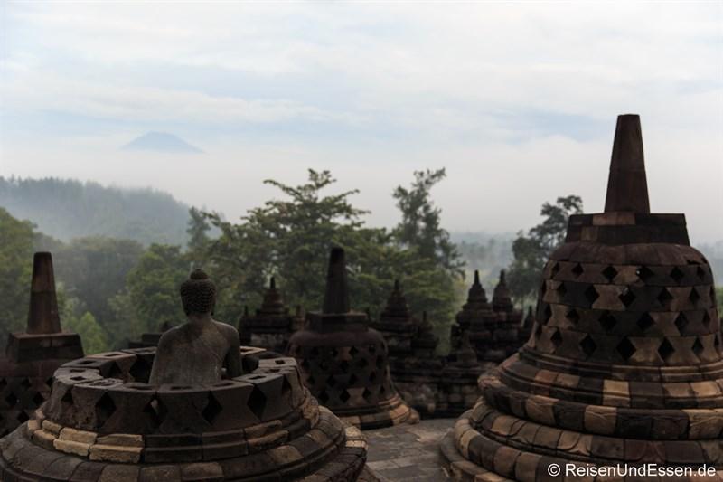 Buddha-Statue und Stupas auf der göttlichen, oberen Ebene