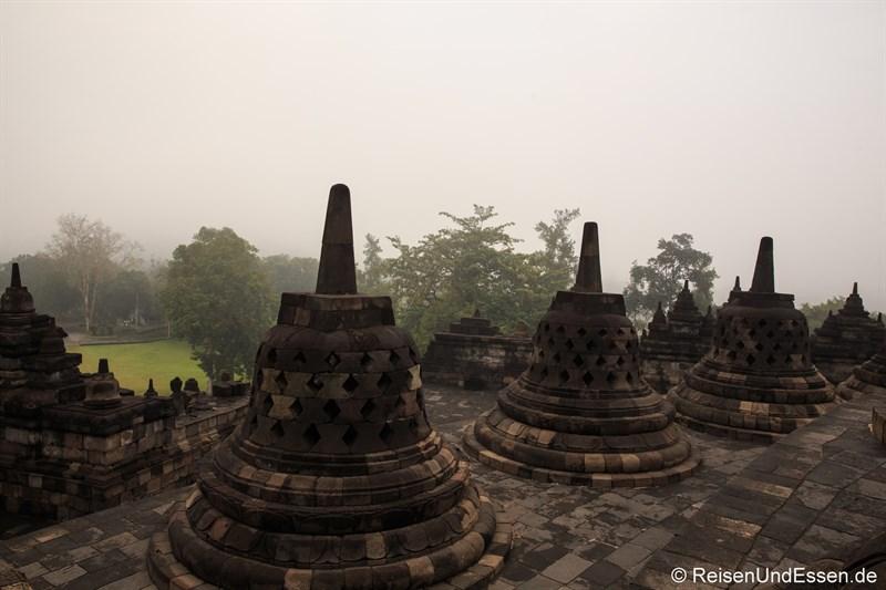 Stupas auf der obersten Ebene und Morgendunst in Borobudur