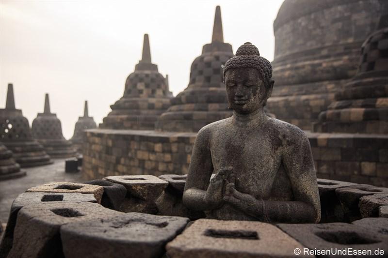 Buddha-Statue auf der göttlichen, oberen Ebene