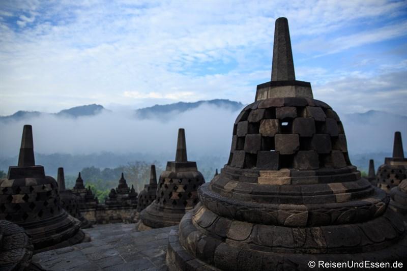 Oberste Ebene von Borobudur und das Kedu-Tal am frühen Morgen (7 Uhr)