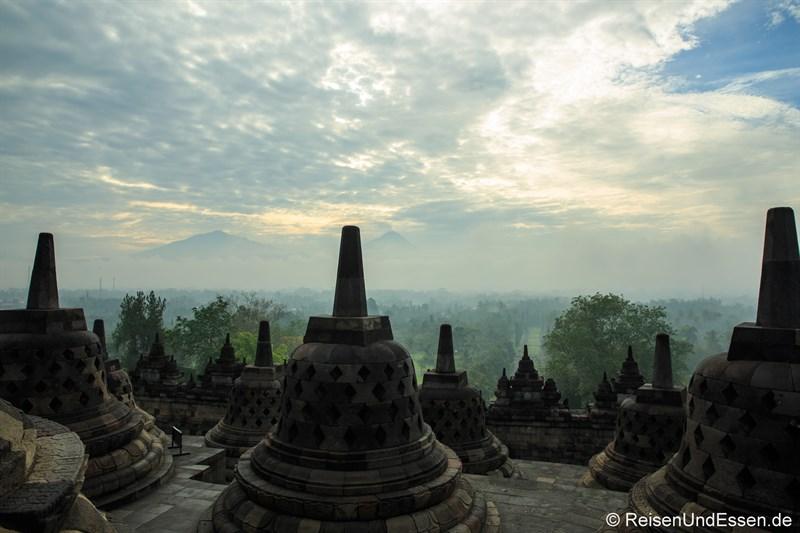 Oberste Ebene von Borobudur und das Kedu-Tal am frühen Morgen (/ Uhr)