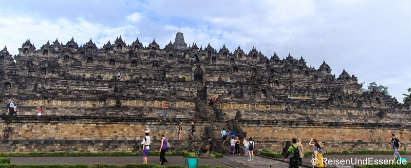 Blick auf die 3 Ebenen und verschiedenen Terrassen in Borobudur