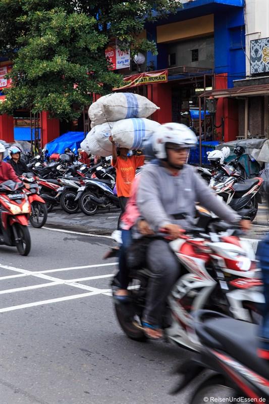 Lastenträger in Yogyakarta
