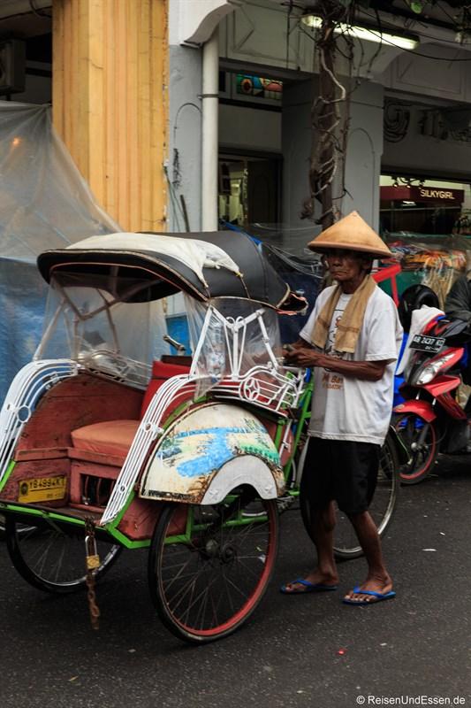 Alter Mann mit Fahrrad-Rikscha in Yogyakarta