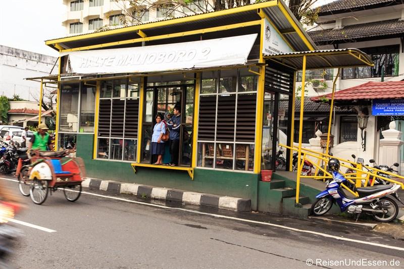 Bushaltestelle in der Jalan Malioboro in Yogyakarta