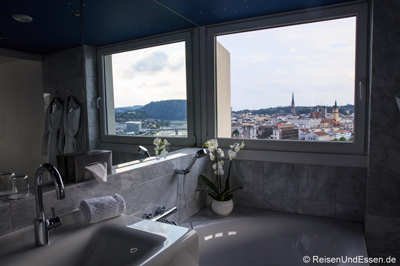 Badezimmmer mit Aussicht in der Kepler Suite im Arcotel Nike Linz