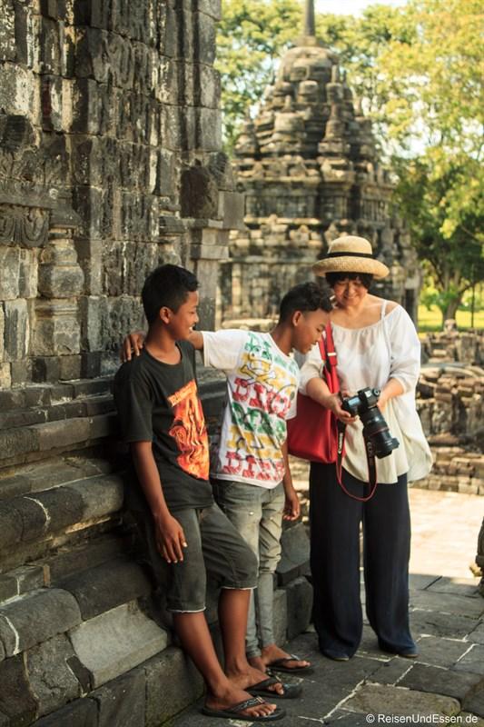 Indonesische Jungs für gemeinsames Bild