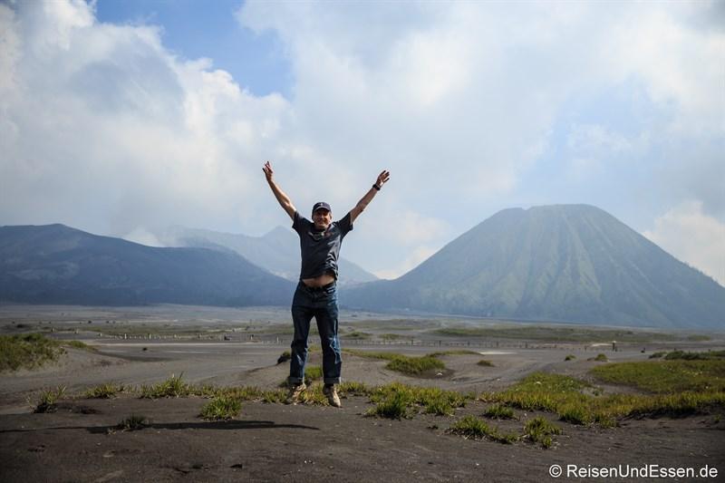 Freudensprung vor der Besteigung des Vulkan Bromo