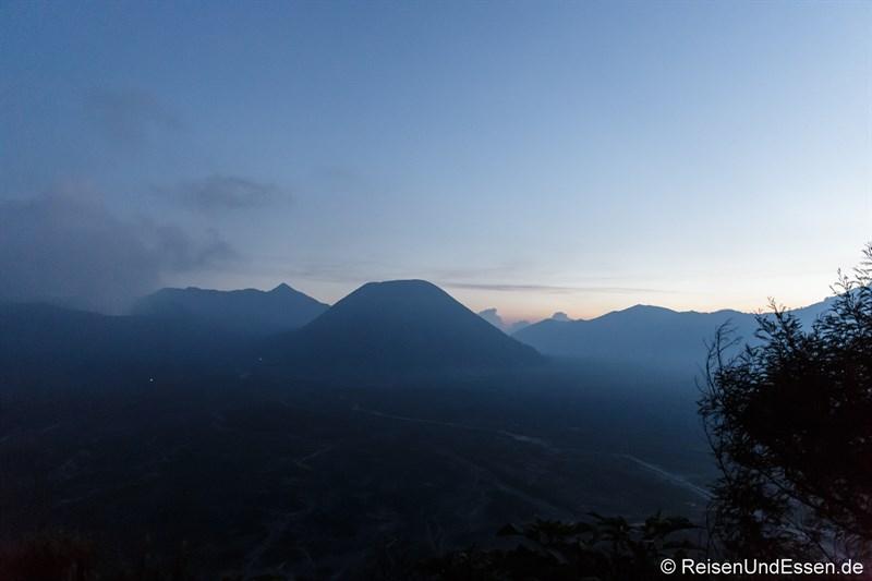 Blaue Stunde am Vulkan Bromo