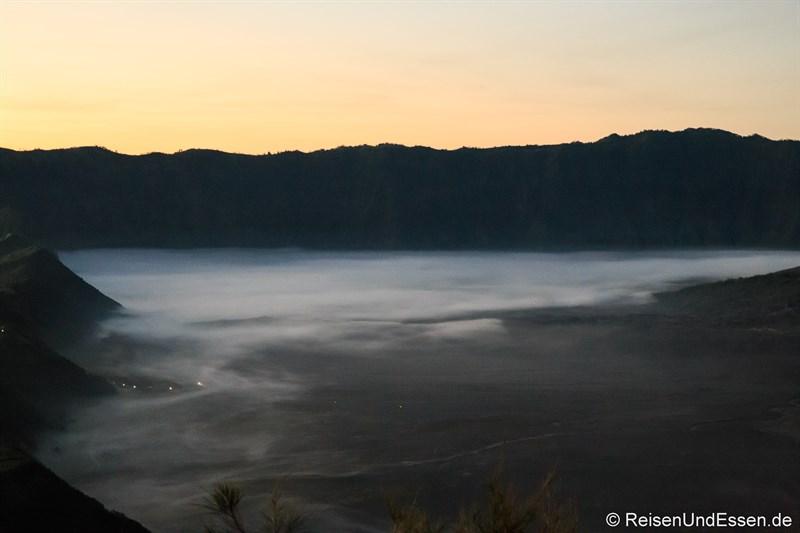 Morgendlicher Dunst unterhalb der Caldera in der Sea of Sand