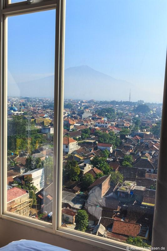 Ausblick im Ibis Malang auf Vulkan
