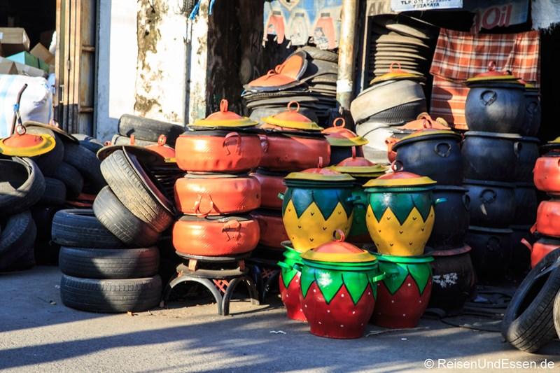 Bunte Töpfe, die aus alten Reifen hergestellt wurden.