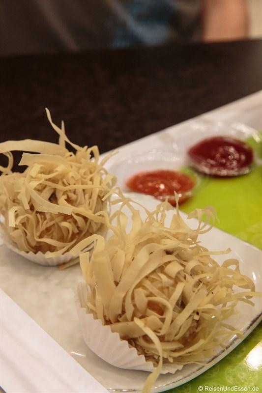 Teigtaschen mit Garnelen im Food Center in Surabaya