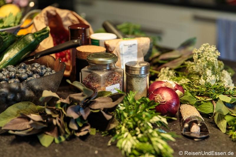 Vorbereitete Kräuter für den vegetarischen Kochabend