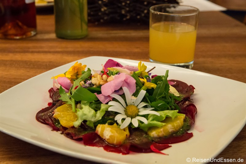 Bunter Salat auf Rote Beet-Carpaccio