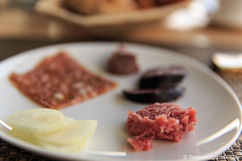 Frühstück mit Mett und Schwarzwurst