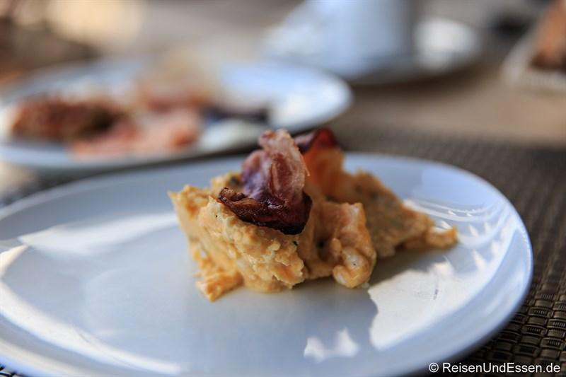 Frühstück mit Rührei und Speck