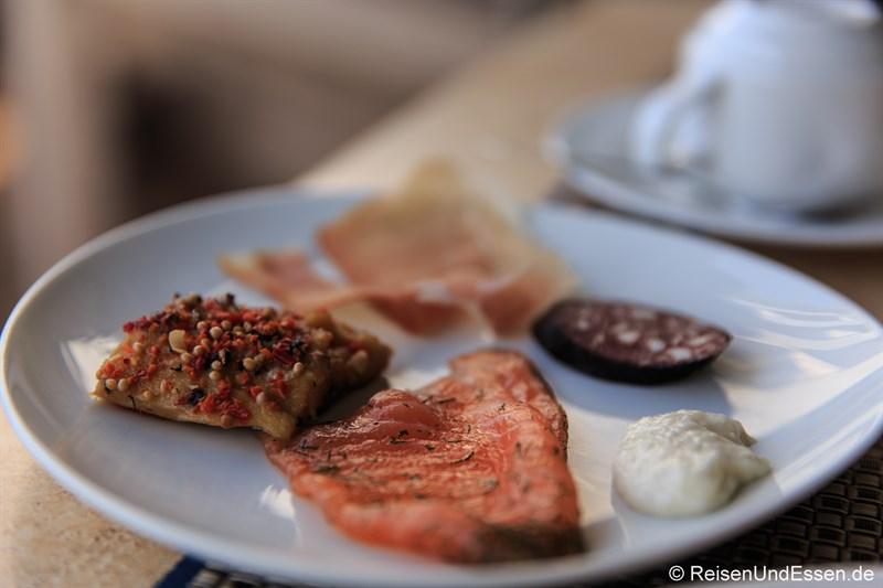 Frühstück mit Lachs und Forelle