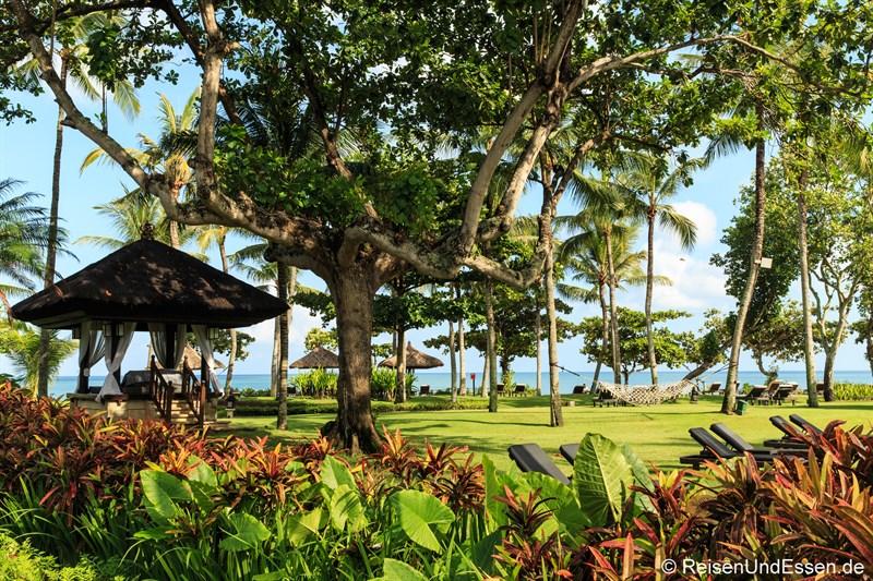 Tropischer Garten im InterContinental Bali