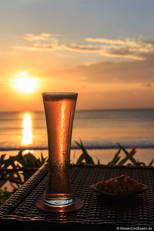 Kühles Bier in der Sunset Beach Bar