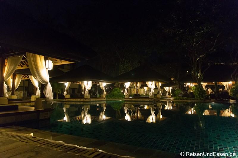 Club Pool bei Nacht